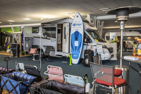 Wohnmobil und Campingzubehör auf der Ausstellungsfläche von Wohnwagen Gutbier