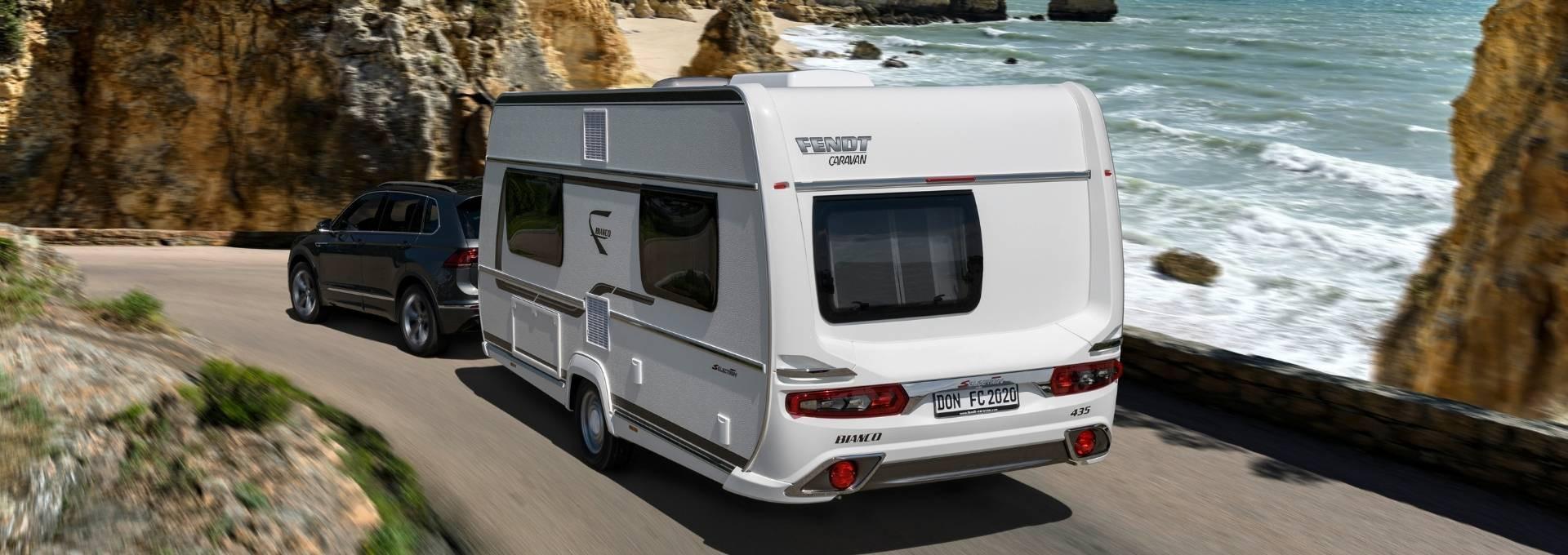 Wohnwagen Bianco Selection von Fendt Caravan auf einer Straße am Meer