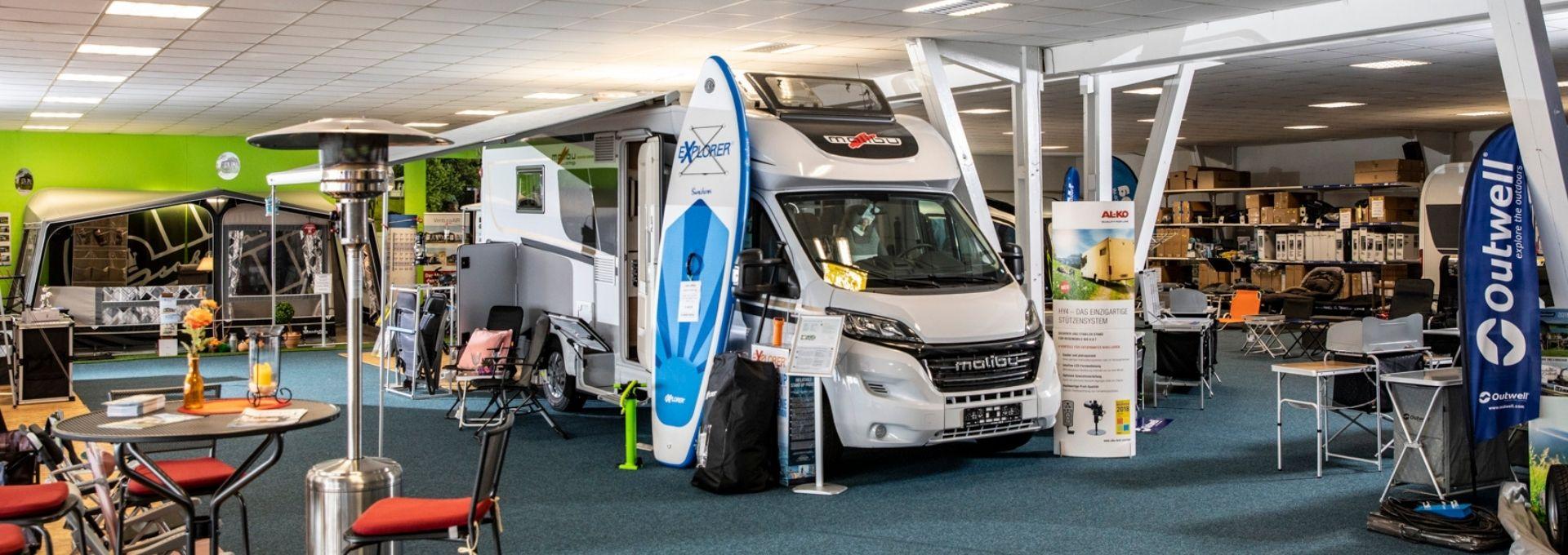 Ausstellungsfläche mit Wohnmobil von Wohnwagen Gutbier